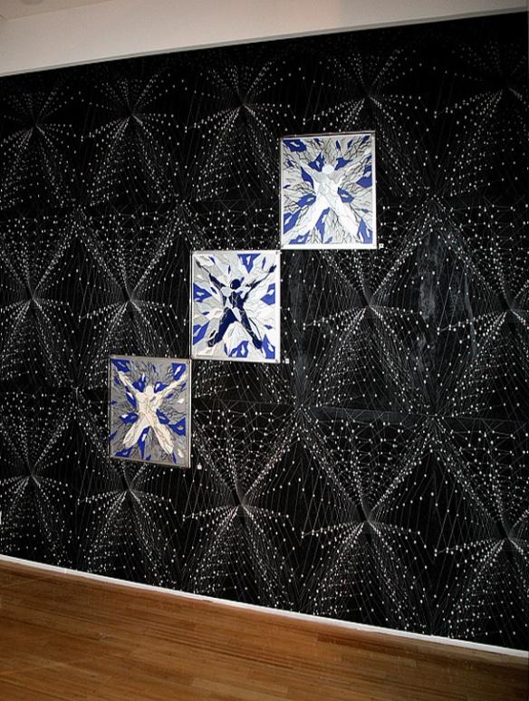 """Demeure Fractale  """"Les Corps Fractals"""" - Meynard - 2006 - Monaco.  Les oeuvres « Icares » sont positionnés sur un mur de sérigraphies démultipliées…"""