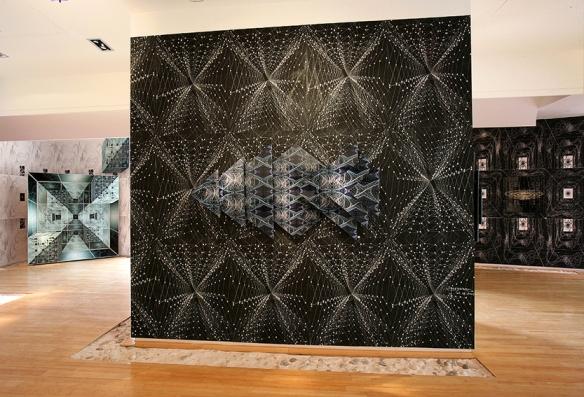 """Demeure Fractale """"Les Corps Fractals"""" - Meynard - L'oeuvre """"Aquarius"""" est positionnée sur un mur sérigraphie - 2006 - Monaco"""